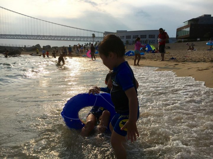 明石海峡大橋のふもと、夕陽のアジュール舞子で海水浴