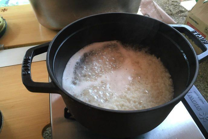 キャンプで簡単。鍋を使って、おいしいご飯の炊き方