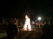 キャンプリゾート「森のひととき」のキャンプファイヤーでダンス!