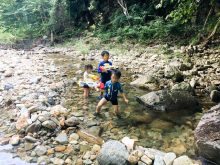 清流のほとりで川遊びキャンプ。芝すべりも楽しいよ。新田ふるさと村オートサイト天の川。